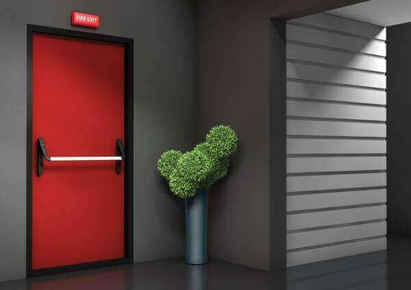 Каква е разликата между противопожарна врата и обикновена метална врата?