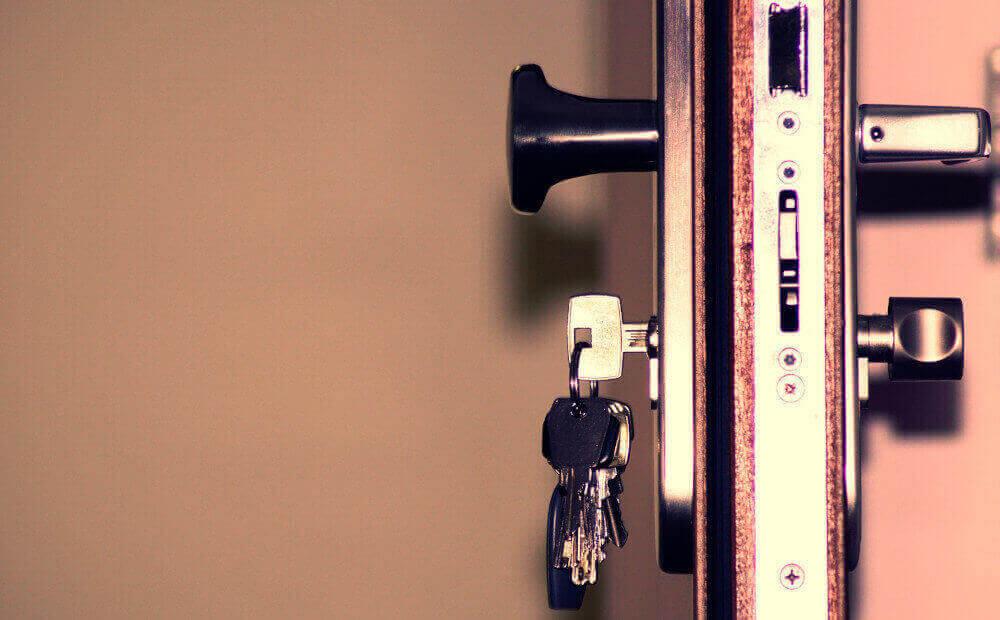 Брава на отворена входна врата с ключове